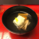 Kochuuan - 御椀             蓬豆腐             占地、菖蒲人参、白髪葱、柚子