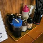 浜ちゃんぽん - 卓上の調味料。このお店では使うことないなァ。餃子のタレとラー油以外は。