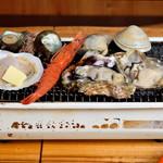 三嶋水産 - 浜焼 漁師のおすすめ盛(焼いている所)