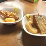 大衆酒場 屋台 まるとく - おでん〜 手前のお皿は…すじ、大根、厚揚げ。奥は…じゃがいもとソーセージ(*^▽^*)