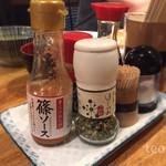 仔牛 - 卓上調味料…前のおじさんが京ハバネロ大量に掛けてた((((;゚Д゚)))))))
