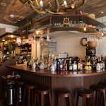 Restaurant & Bar Mashu - 手前のバーカウンター。おひとり様もおすすめ☆