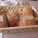 欧風懐石 勝 - パンはフランスパンとくるみのパンです(写真は3人分ですよ、パンはお替わりできます)