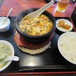 jundentoushisenkateiryourisempinshambekkan - 元祖火焔山香草入石焼き麻婆豆腐定食 850円