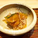 和食天ぷら さくさく - お通しは、かぼちゃのそぼろ煮。天ぷらを待つ間、ほっくりと酒の相手をしてくれる