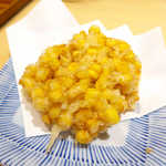 和食天ぷら さくさく - トウモロコシのかき揚げ(¥324)。コーンの甘さが十分引き出されており、最初は塩で、次は天つゆで二度美味しい