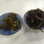 一九ラーメン - サービスのキクラゲと辛子高菜
