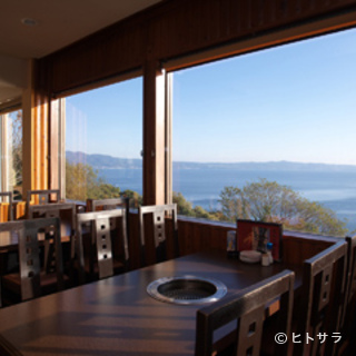 海を眺めながらお食事が楽しめます