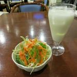 ジャサナ - うどんセットのドリンクとサラダ