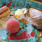 ピッツェリア グランデ - ドルチェの盛り合わせ。貝の形のナポリパイ菓子美味し♪