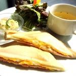 ワオワオ - 料理写真:ハムチーズ卵ホットサンド800円