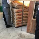 パンとエスプレッソと 南森町交差点 - 小麦粉山積み