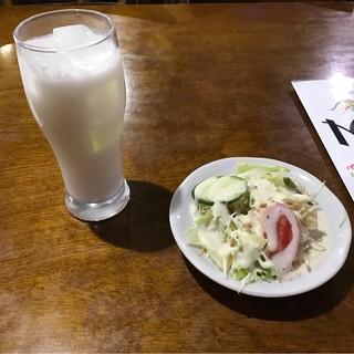 ミルミレ 池袋店 - ラッシーとサラダ。 美味し。