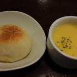 68291211 - パンとコーンスープ