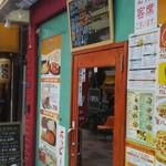 インド料理サッカール - ド派手な店構え