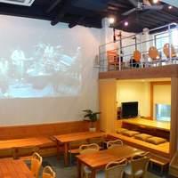 オーガニックカフェ チャント - 大型スクリーンでライブ、映画、スポーツが楽しめます。
