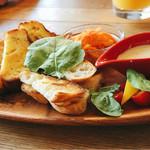 Shanties - 左から、スモークチキン、ケークサレ、フランスパンのゴルゴンゾーラチーズディップ、人参ラペ