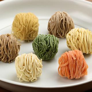 彩り鮮やかな麺のラインナップ!