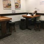 ぶらり - テーブル席はポツンと置かれています。やや遊んでいる空間がありますね。
