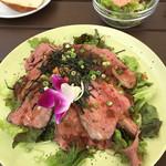 アクアサウスコースト - ローシュトビーフ丼1500円(サラダ・フォカッチャ・ドリンクちゅき)
