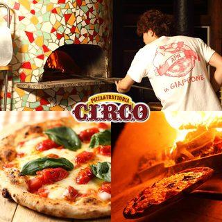イタリア直輸入の石窯で400℃で焼き上げるピッツァは格別です
