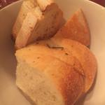 オステリア クワトロヴァッリ - パン2種、フォカッチャがとても美味しい!コペルトとして324円