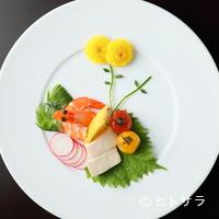 チャイニーズキッチン粤香 - 花が咲きゆく様子をプレートの上で表現した『前菜三種』
