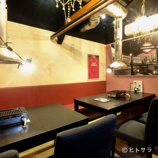 テラスやバーカウンター、写真や絵も飾られたオシャレな焼肉店