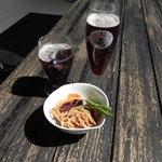 6833251 - 2種類のフルーツビールとお通しのドライフルーツ