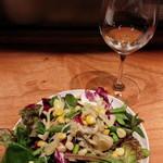 UGGLA - おまかせコースのサラダ ハーブ入りでミントの爽やかがいい!