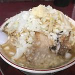がっつり食堂ドカメン - 子豚ラーメン大にんにく(¥700)+野菜(¥50)+玉ねぎ(¥50)