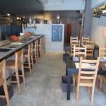 ヨシダ カッポウ - カウンター席とテーブル席が4卓有ります♪