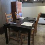 ヨシダ カッポウ - 奥のテーブル席は少し暗めで良い雰囲気♪