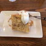 マグルズカフェ - ランチプレートのデザート たしか追加250円。マーブルシフォンケーキ シナモンとメープル、生クリーム付き