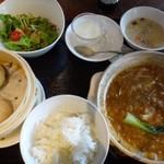 中華料理 頤和園 - ◆フカヒレ煮込み御膳(1500円:税込) フカヒレ煮込み・彩りサラダ・点心2種・御飯・スープ・搾菜・杏仁など。*少し遅れて「点心2種」が出されます。