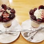 フルーツパーラーゴトー - カリフォルニア産のチェリーのチョコパフェ(1230円)とカリフォルニア産のチェリーのパフェ(1230円)