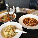 離宮 - 料理写真:奥の左から時計回りでトマト牛肉焼きそば、麻婆豆腐、五目チャーハン('17/06/10)