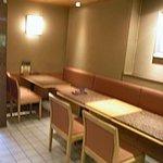 佐々庄 - 左はテーブル席で、右には個室もあるようです