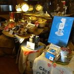 珈琲哲學 - 入り口入ってすぐの一角には様々な商品が並ぶ
