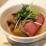 オ・ボルドー・フクオカ - 『赤牛モモ肉のローストビーフ 焼き茄子の冷製仕立て』。 ニクニクしいロービーをヤワトロ茄子とぷるぷるコンソメゼリーが爽やかに引き立ててます。