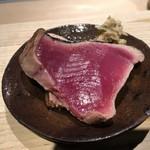 第三春美鮨 - 鰹 4.4kg  背 備長炭炙り 引き網漁 千葉県銚子 表面がカリッと、名物の山葵漬けを添えて。 夜の定番