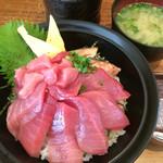 68369324 - 南鮪大トロ丼(切り身と炙り)と味噌汁