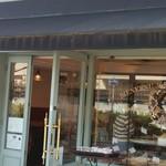 68369970 - 可愛らしいお店の外観です。お店は狭いですね。