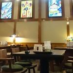 皿屋 福柳 - 柳川の四季をイメージしたステンドグラスが映えるテーブル席(全11テーブル最大60名)