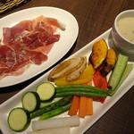 カフェゴーサンブランチ - 旬野菜のバーニャカウダ(756円)生ハムプロシュートハーフ(500円)