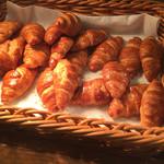 道後彩朝楽 - 焼きたてパンは人気です。