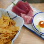 立呑み晩杯屋 - 黒胡椒メンマ110円、マグロ刺身200円