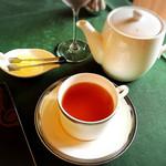 メインダイニングルーム 三笠 - 紅茶はポットで2杯半