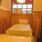 ピッキーヌ - 1階は全10席、テーブルが小さい