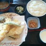 まめ寅 - お好み天ぷら定食(反対からの写真)